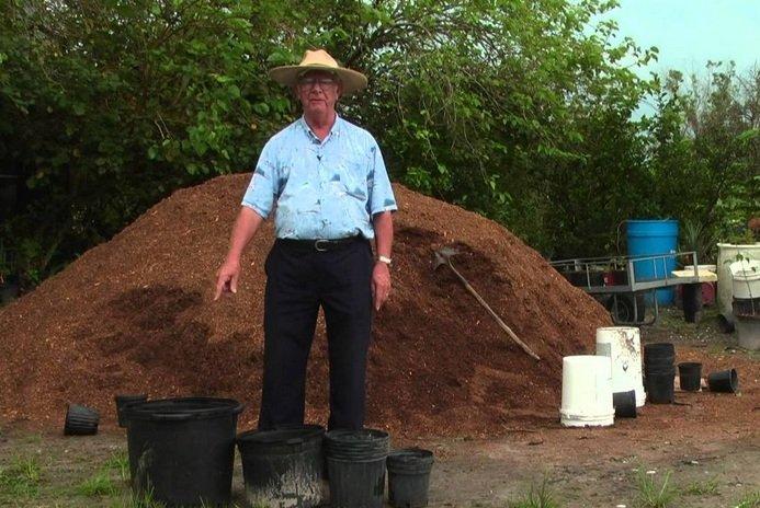 Mempersiapkan media tanah untuk tanaman buah dalam pot